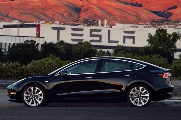 Eerste Tesla Model 3 rolt van de band in Californië